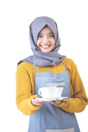 Photo pour Portrait de jeune belle serveuse avec foulard servant du café - image libre de droit
