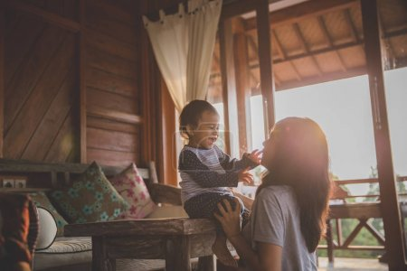 Photo pour Belle vue de la jeune mère jouant avec sa fille sur le fond de la montagne. Vacances en famille. Voyages . - image libre de droit