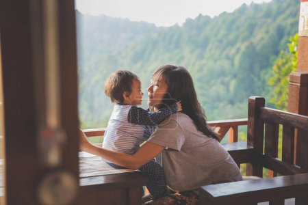 Foto de Familia amorosa feliz. madre y el niño niña jugando, besos y abrazos - Imagen libre de derechos