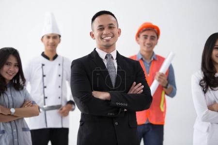 Photo pour Homme d'affaires debout dans l'ensemble de fond de profession diversifiée - image libre de droit