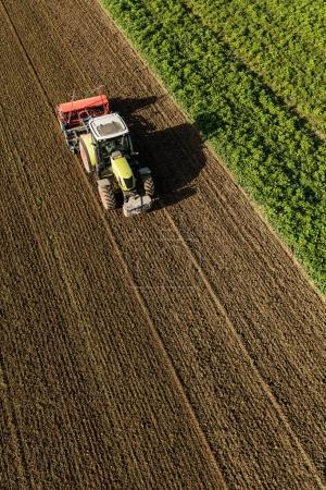 vue aérienne du tracteur sur le champ de récolte