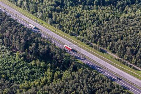Photo pour Vue aérienne des voitures empruntant l'autoroute moderne en Pologne - image libre de droit