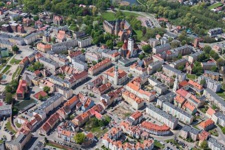 Foto de Vista aérea de la ciudad verde de Olesnica en Polonia - Imagen libre de derechos