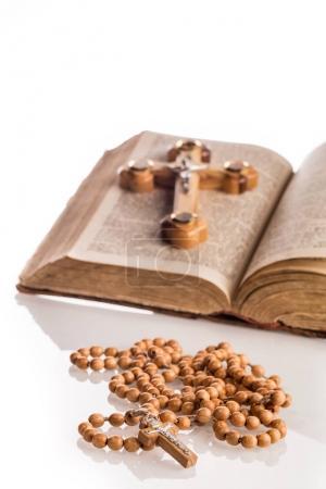 Photo pour Composition chrétienne avec Sainte Bible avec grande croix en bois et chapelet en bois près de - image libre de droit