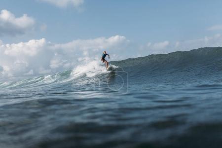 Photo pour Vague de surf homme sur planche de surf dans l'océan - image libre de droit