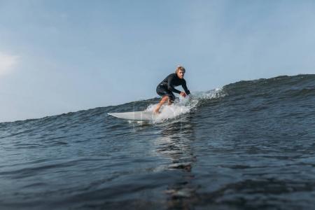 Photo pour Wave riding surfeur sur planche de surf dans l'océan - image libre de droit