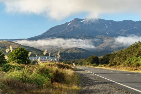 Photo pour Mansion and empty road to giant mountain, Tongariro National Park, New Zealand - image libre de droit