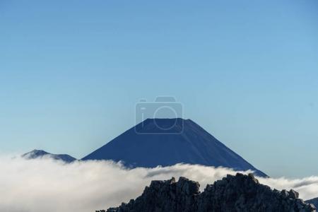 Photo pour Beau volcan géant sous le ciel bleu, mont Ngauruhoe, parc national des Tongariro, Nouvelle-Zélande - image libre de droit