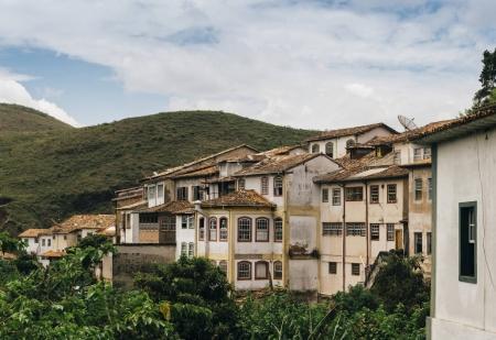 Foto de Coloridos edificios coloniales en el Patrimonio de la Humanidad de la UNESCO, Ouro Preto en Minas Gerais, Brasil - Imagen libre de derechos