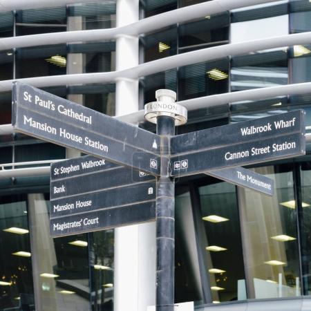 Photo pour Signalisation dans la ville de Londres, Angleterre, Royaume-Uni pointant vers divers sites à proximité - image libre de droit