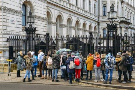 Photo pour Londres, Royaume-Uni - 7 mars 2018 : Touristes devant l'entrée fermée du 10 Downing Street de Whitehall dans la ville de Westminster, Londres - image libre de droit