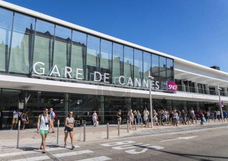 Photo pour Cannes, France - 4 septembre 2017 : Entrée de la gare de Cannes, principale gare de Côte d'Azur. La ville est célèbre pour son festival annuel du film - image libre de droit
