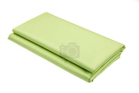 Foto de El tejido verde satinado de una tonelada se dobla perfectamente con un rectángulo. Fondos blancos aislados, espacio de copia - Imagen libre de derechos