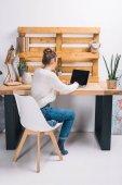 """Постер, картина, фотообои """"девушка, работать с ноутбуком в современном офисе"""""""