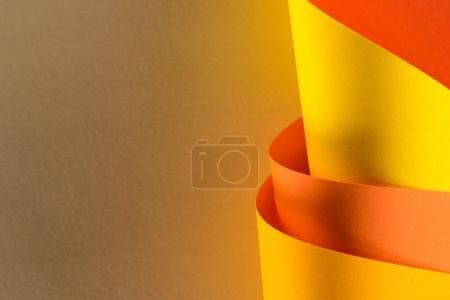 gros plan des papiers jaunes et oranges roulés pour le fond