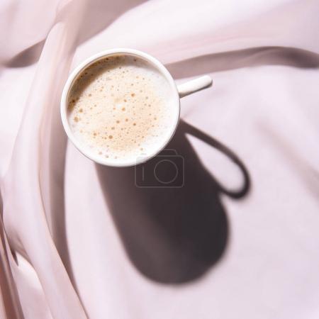 vue de dessus de la tasse de café sur une nappe rose avec shadow