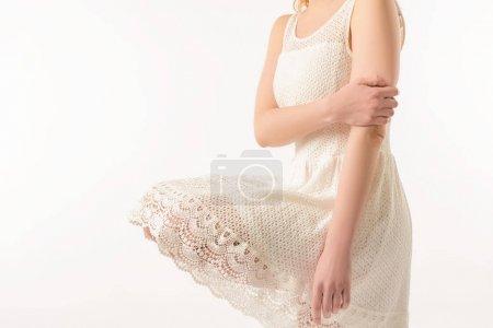 Photo pour Vue recadrée de l'élégante jeune fille en robe de dentelle blanche, isolé sur blanc - image libre de droit