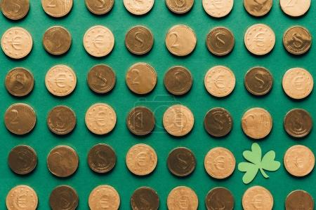 Photo pour Vue du dessus de motif de pièces d'or et de trèfle sur vert, st patricks concept de jour - image libre de droit
