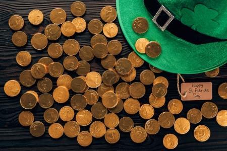 Photo pour Vue du dessus du chapeau vert et des pièces d'or sur la table, concept de jour st patricks - image libre de droit