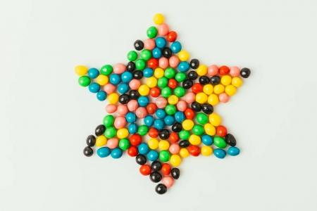 vue de dessus d'étoile fait de bonbons isolés sur fond gris, concept de vacances de Pourim