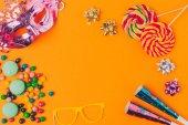 """Постер, картина, фотообои """"плоские лежал с конфеты и и партия объектов изолированные на оранжевый, концепции праздника Пурим"""""""