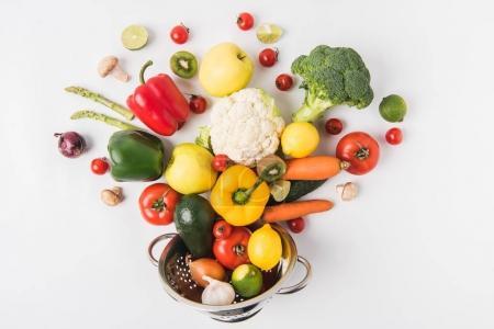 Foto de Composición plana legos de colores verduras y frutas en colador aislado sobre fondo blanco - Imagen libre de derechos