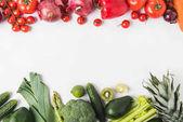 """Постер, картина, фотообои """"Граница красные и зеленые овощи и фрукты, изолированные на белом фоне"""""""