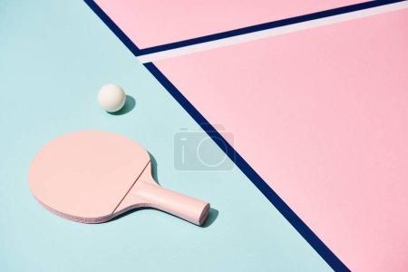 Foto de Ropa de tenis y balón en fondo pastel con líneas azules - Imagen libre de derechos