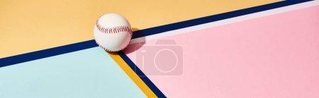 Photo pour Baseball avec ombre sur fond coloré avec lignes, photo panoramique - image libre de droit