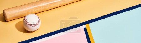 Photo pour Baseball bat et balle sur fond coloré avec lignes, plan panoramique - image libre de droit