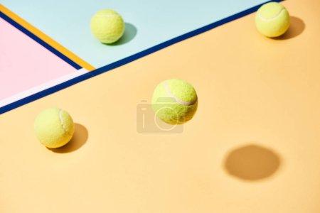 Photo pour Vue grand angle des balles de tennis avec ombre sur fond coloré avec des lignes bleues - image libre de droit