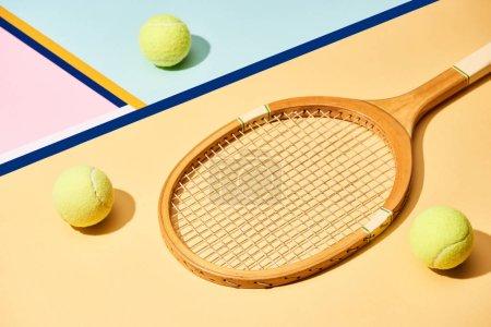 Foto de Raqueta de tenis y pelotas sobre fondo colorido con líneas azules - Imagen libre de derechos