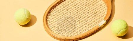 Photo pour Raquette et balles de tennis en bois sur fond jaune, plan panoramique - image libre de droit