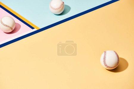 Photo pour Balles de baseball blanches sur fond coloré avec lignes - image libre de droit