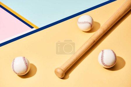 Photo pour Batte de baseball et balles sur une surface colorée avec lignes bleues - image libre de droit