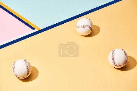 Photo pour Balles de baseball blanches sur la surface avec des lignes bleues - image libre de droit