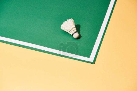 Photo pour Navette Badminton sur surface jaune et verte avec ligne blanche - image libre de droit