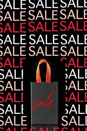 Photo pour Sac à provisions en papier avec poignée rouge isolé sur noir avec illustration de vente - image libre de droit