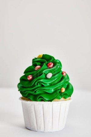 Photo pour Savoureux cupcake de sapin de Noël sur surface blanche isolé sur gris - image libre de droit