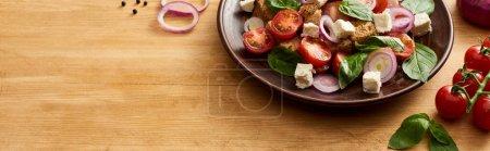 Photo pour Délicieuse salade italienne de légumes panzanella servie sur une table en bois près d'ingrédients frais, grenaille panoramique - image libre de droit
