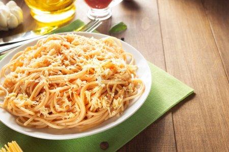 Photo pour Pâtes alimentaires et les aliments ingrédient sur fond en bois - image libre de droit
