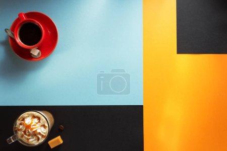 Photo pour Tasse de café et de thé au fond coloré - image libre de droit