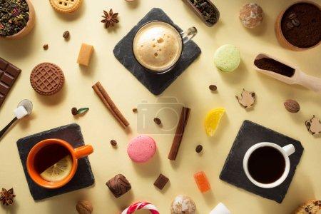 Photo pour Cuvette et gâteaux de café au fond de papier - image libre de droit