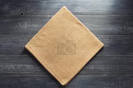 serviette de Hesse de toile de jute sur bois