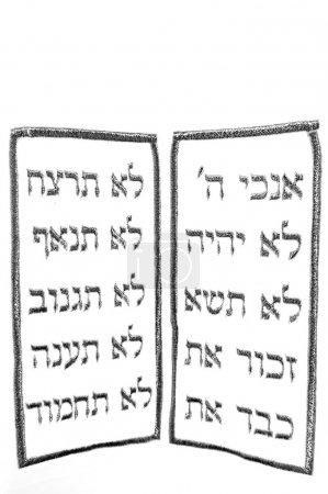 Photo pour Dix commandements en langue hébraïque, instructions d'adorer seulement Dieu, d'honorer ses parents, de garder le sabbat, interdictions idolâtrie, blasphème, meurtre, adultère, vol, malhonnêteté et convoitise . - image libre de droit