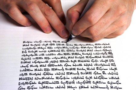 Sofer schreibt eine sefer Tora