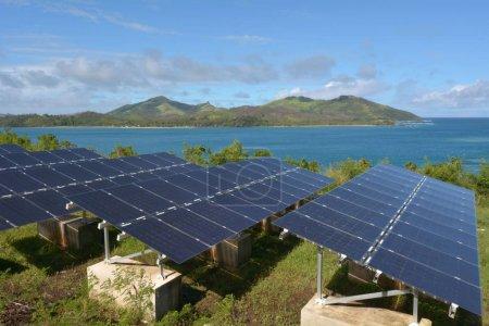 Foto de Módulos solares en remota isla de Fiji. Objetivos de energía sostenible de Fiji incluyen compra de componentes más del 80% de la electricidad del país de las energías renovables en 2020 y 100% en 2030. - Imagen libre de derechos