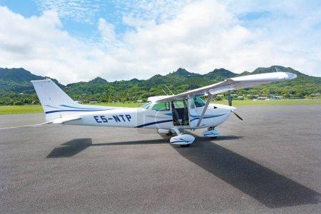 Photo pour Air Rarotonga pilote vol panoramique au-dessus de l'île de Rarotonga. Mesuré par sa longévité et sa popularité, le Cessna 172 est l'avion le plus performant de l'histoire . - image libre de droit
