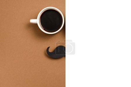 Foto de Cierre del café de taza caliente, el elegante mostrador de fotos en papel negro empuja las bocas sobre fondo marrón y blanco. Copie el espacio para las inscripciones. Ideas creativas, composición mínima - Imagen libre de derechos