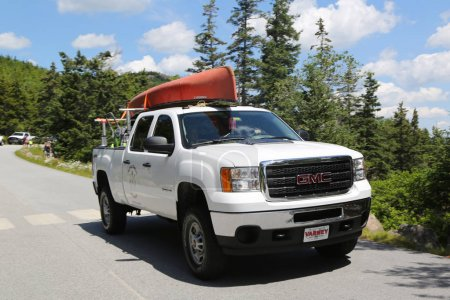 Photo pour Bar Harbor, Maine - 3 juillet 2017: Gmc camion chargé avec kayak dans le Parc National Acadia. Parc National d'Acadia se réserve une grande partie de l'île des monts déserts dans le Maine - image libre de droit